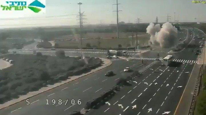 今早从加沙发射的火箭弹击中了以色列南部高速公路