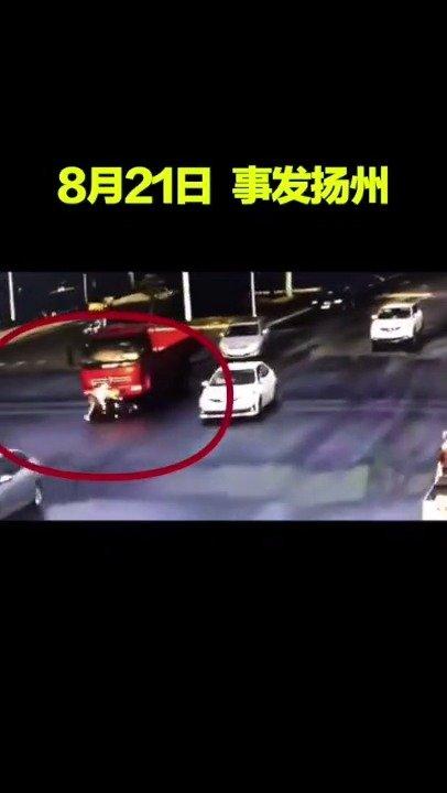 女孩被货车撞倒卷入车底…居然爬出来跟司机理论起来