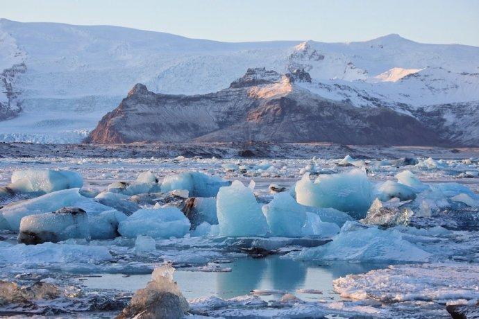 冰岛,冰河湖 冰岛冰河湖上漂浮着的蓝冰,大块蓝冰的碎裂声传来