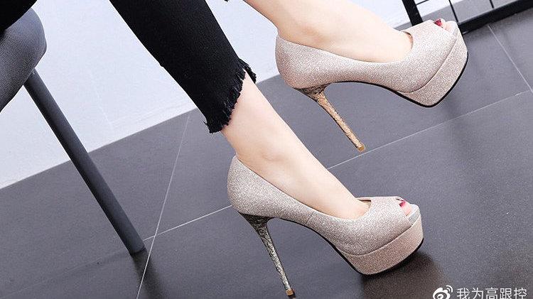 星感灰尘皮面的鱼嘴鞋头高跟鞋,既性感又可爱