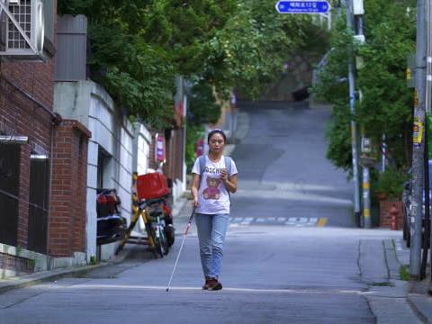 视障美女挑战出国游,不靠导盲犬只用一部手机,吃喝玩乐毫无障碍
