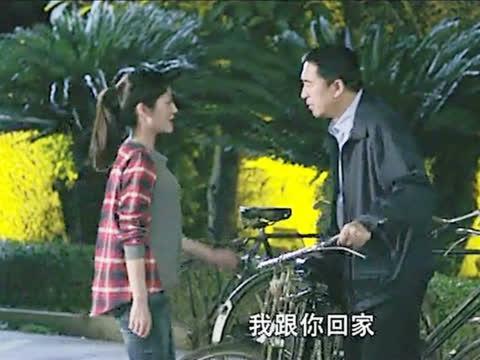 骑单车的穷父亲,让女儿坐她母亲的奔驰回家,女儿的做法让人感动