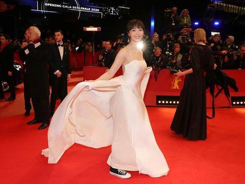 柏林电影节开幕,红毯上穿帆布鞋的小姐姐好美! | 小羊审片室