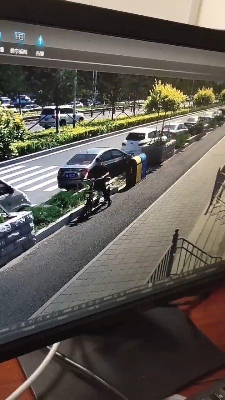男子偷电动车被监拍
