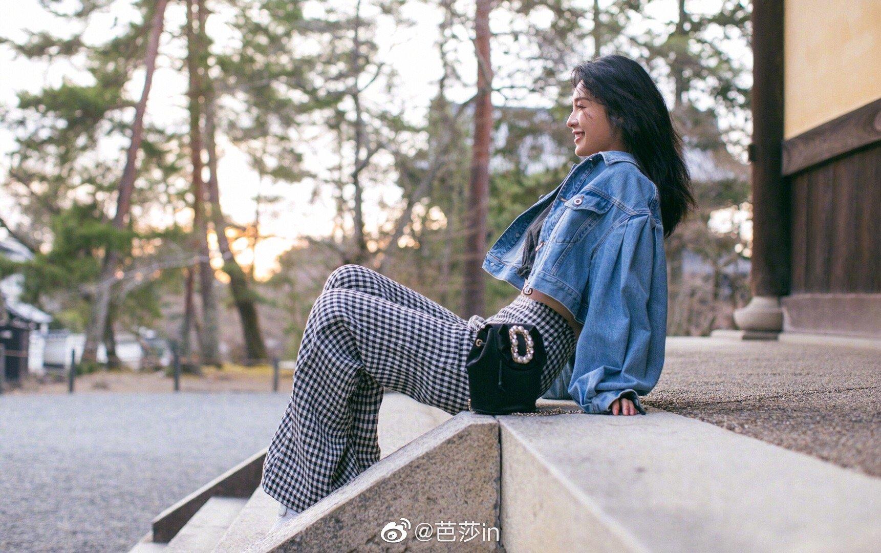 今日,@李沁 在微博po出一组私服照,短款外套