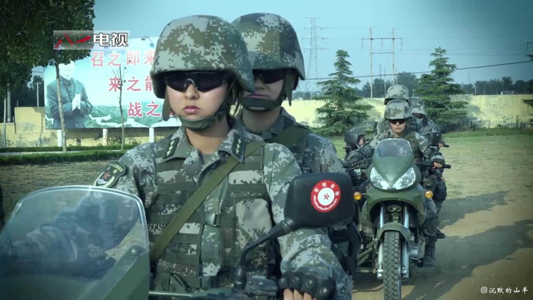 开嘉陵军用摩托车的女兵。PS:摩托车也刷号了。