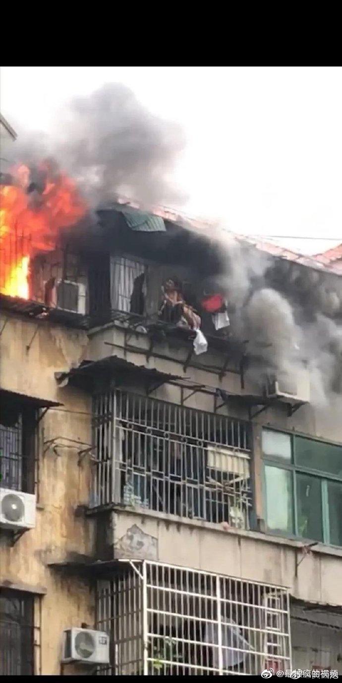 屋内起火,父亲用自己的身体为女儿抵挡烈火争取救援时间。父爱
