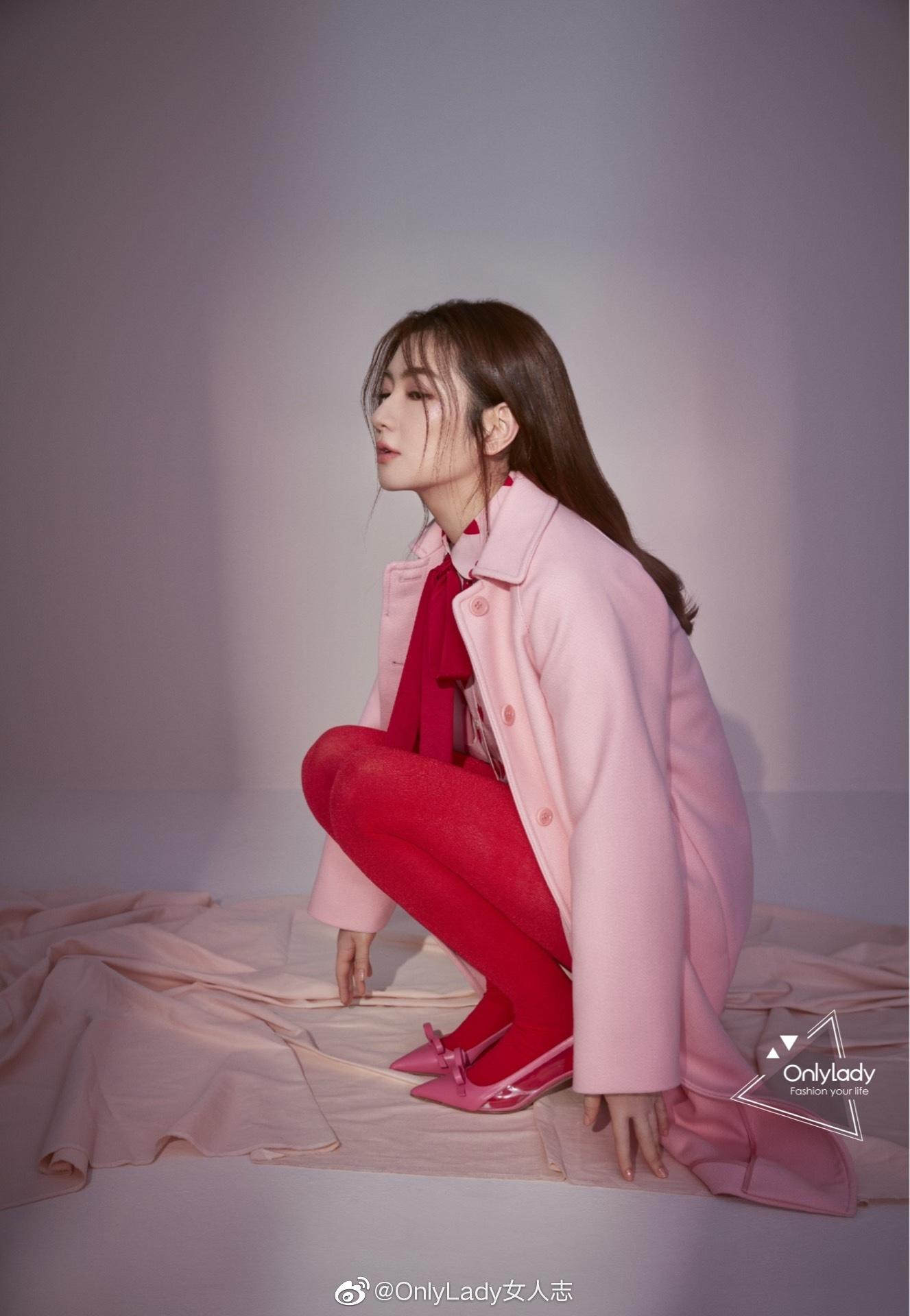 近日@任家萱Selina 最新时尚大片释出,纯真粉与艳丽红鲜明交织