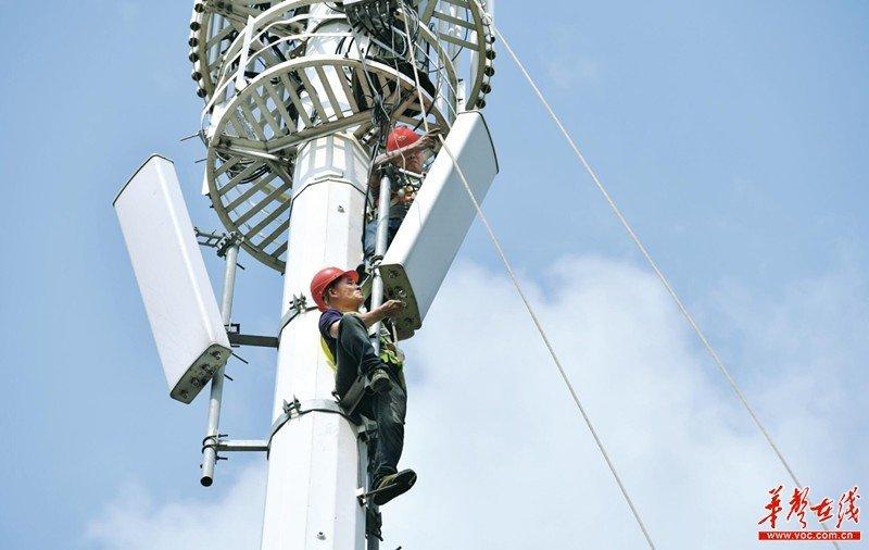 8月9日,长沙市岳麓区靳江路湖南移动5G基站建设现场