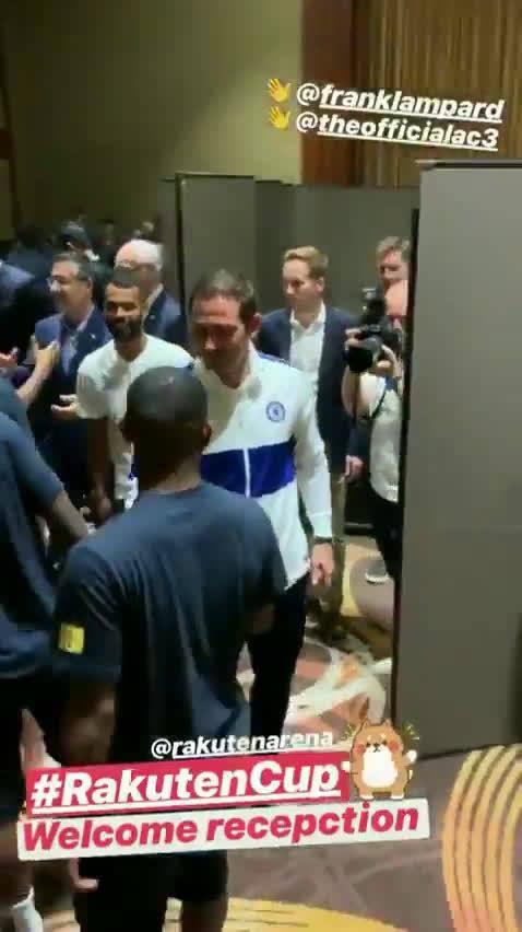 兰帕德和科尔欢迎巴萨球员来到日本