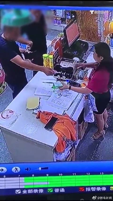 监控:两男子以抢着买单作掩护,瞬间将真钞换成假钞