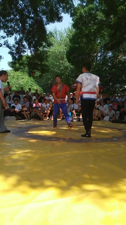 大绊子三十六之躺刀。白衣跤手是中国式摔跤退役全国冠军穆冬利教练