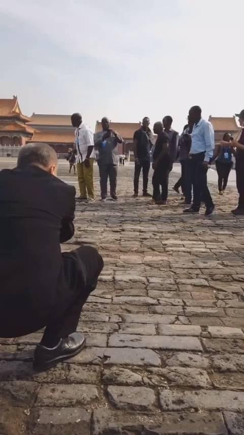 纯偶遇:亚洲蹲PK非洲蹲,马爷教非洲兄弟看故宫的最佳角度