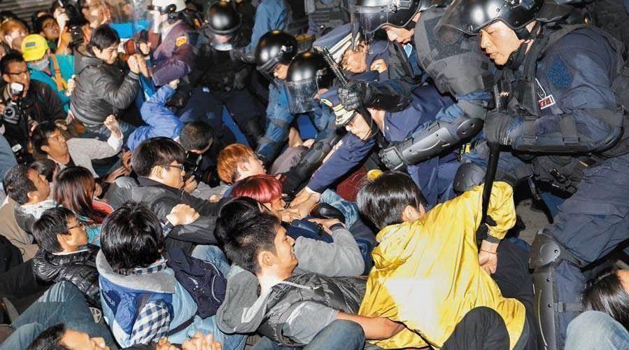 """台湾退休警察循""""太阳花""""模式赴台当局""""行政院""""抗议"""
