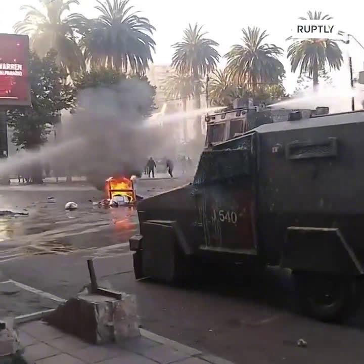 智利防暴警察与示威者继续爆发冲突,一名抗议者被警车撞死。