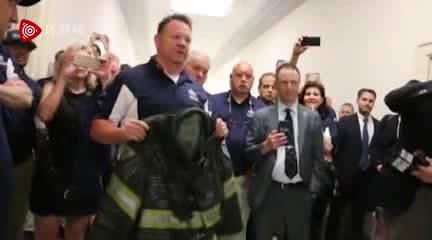 """""""囧司徒""""怒斥美国会议员冷漠前传:含泪接受已故911消防员外套"""