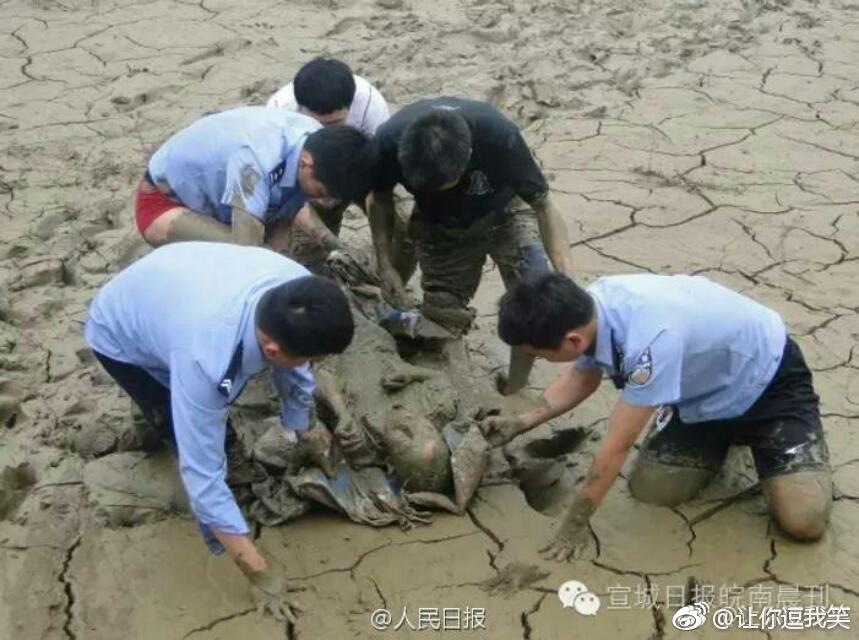 心酸!70岁老人深陷淤泥12小时只为捡一只矿泉水瓶