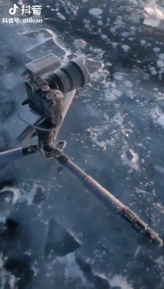 零下20度的夜晚,赛里木湖拍了一整晚星空的相机