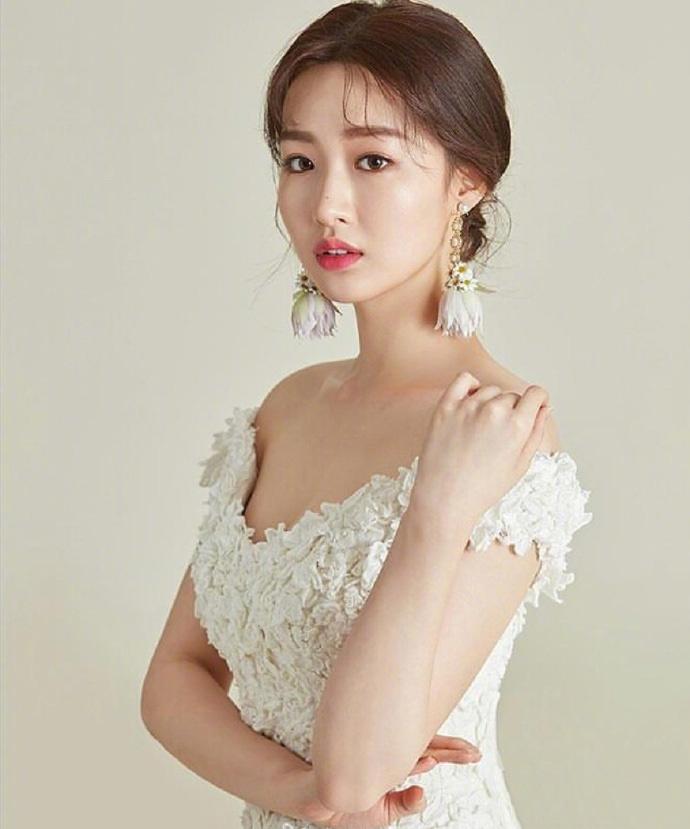 准新娘的发型与礼服搭配参考