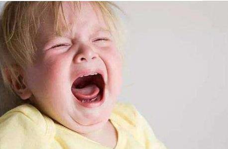 3个月以内的宝宝吃饱了,也经常哭闹,可能是宝宝生病了,别大意
