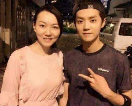 本以为蔡徐坤的妈妈已经很美,看到鹿晗妈妈后,网友:单独出道吧