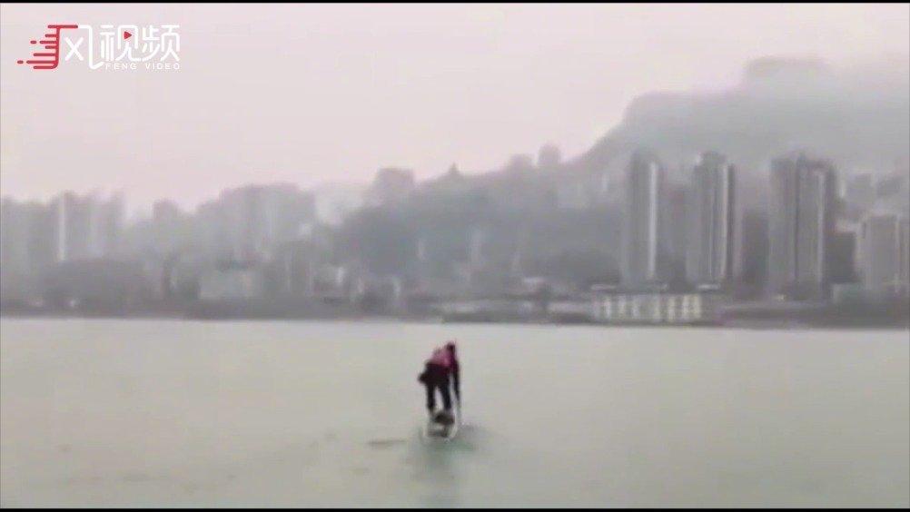 家住长江南公司长江北 男子划桨板渡江上班