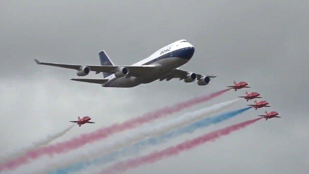 红箭表演队官方视频:与英航747共舞蓝天