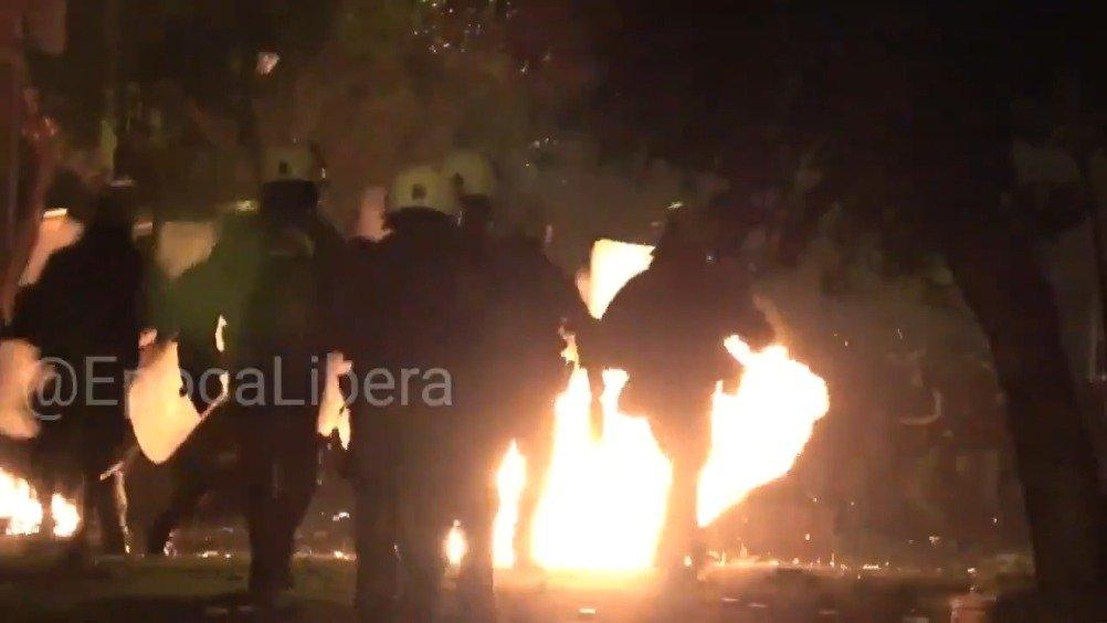 希腊的示威活动开始进一步暴力化,示威者用激光笔和汽油弹对付警察