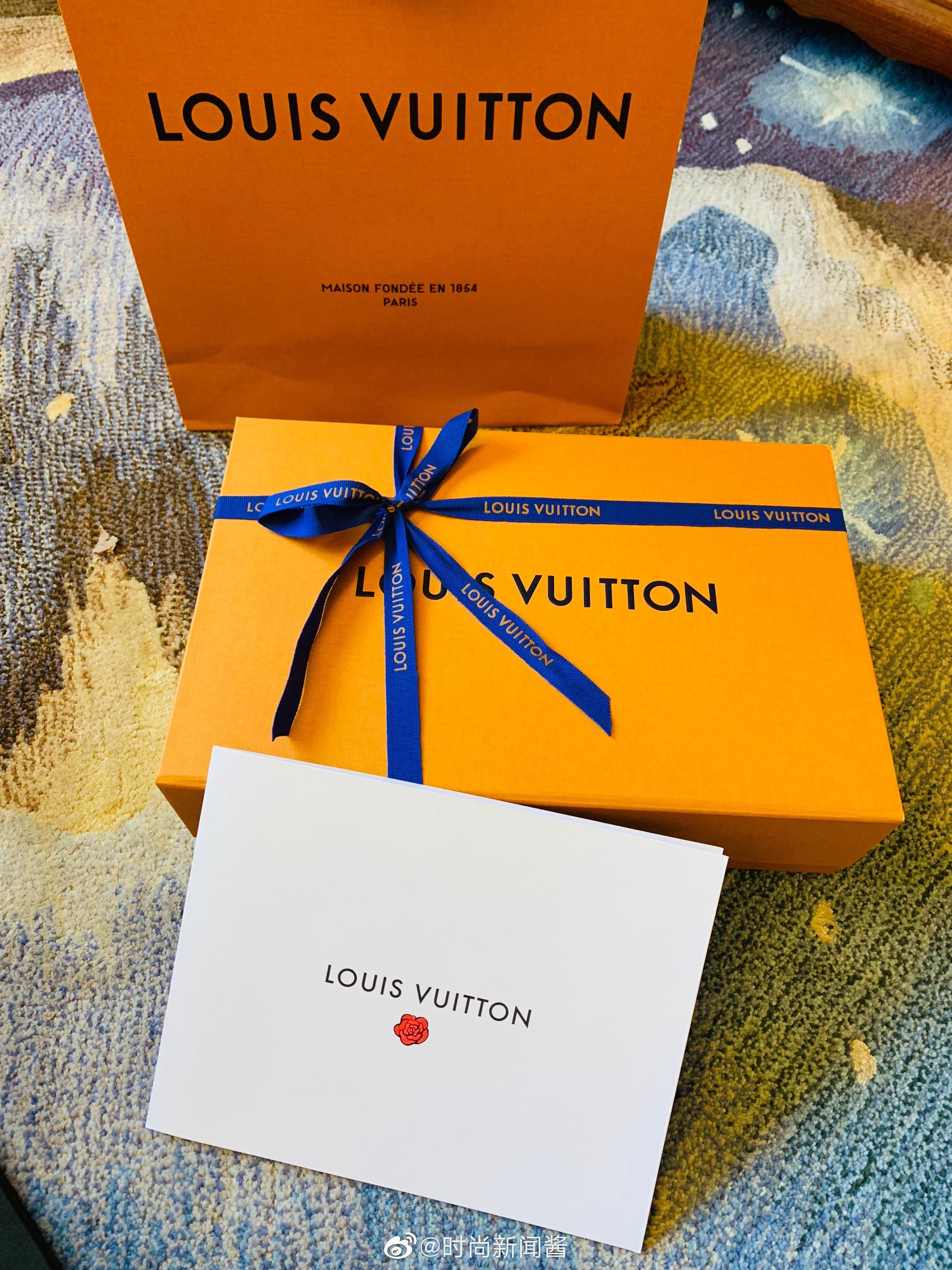 谢谢情人@路易威登 送来的七夕礼物香水+丝巾=相思!