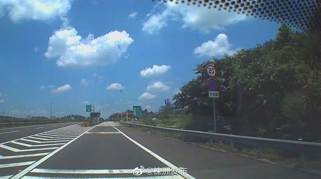 近日,李女士驾驶车辆在进入武深高速攸县服务区休息时