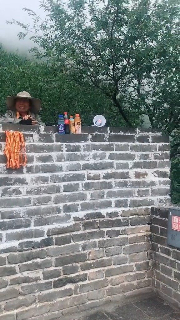 北京慕田峪长城 慕田峪长城顶,卖水的大娘厉害了
