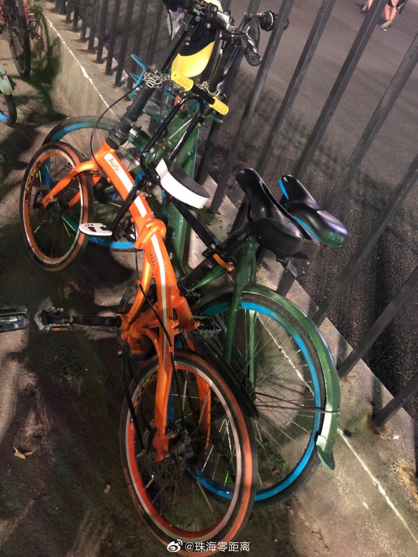 体育中心西门轮滑场,一父母把小蓝车@hello哈啰单车 刷上绿漆
