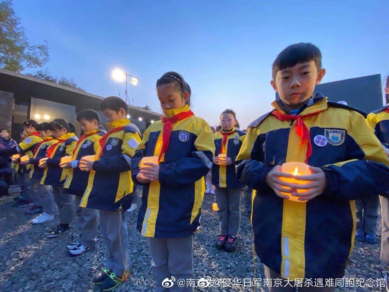 点点烛光追忆逝者。愿逝者安息!愿世界和平!
