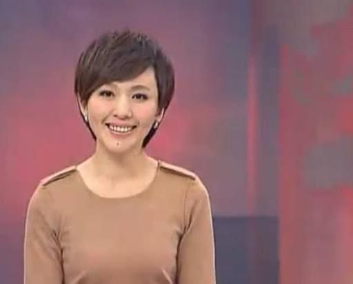 她是央视当红美女主播,父亲早逝母亲患癌,今42岁仍是单身一人