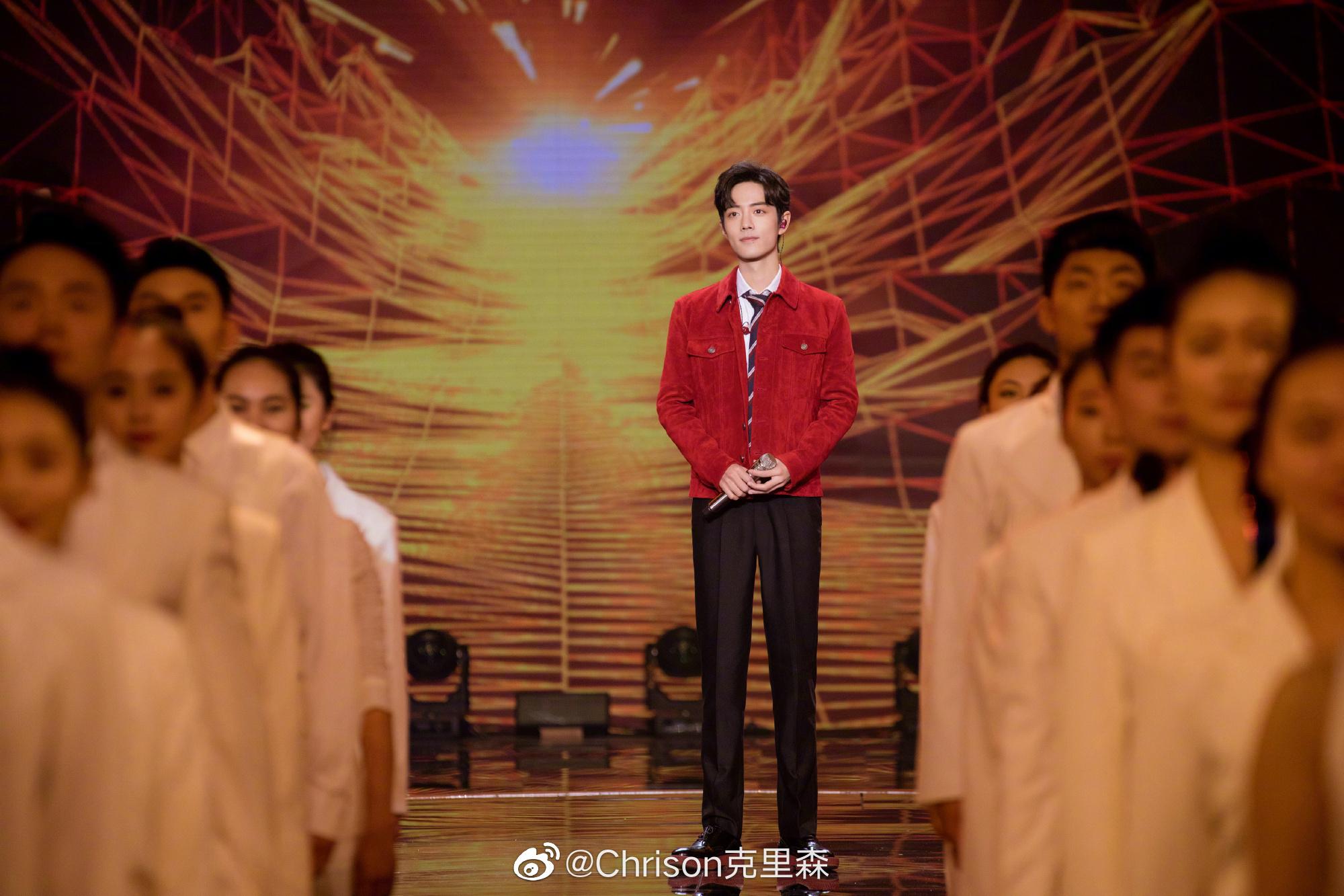 肖战一身Saint Laurent麂皮外套,亮相大年初一的北京台春晚