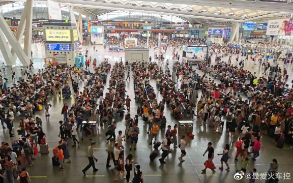 9月13日早上8点15分,中秋节假日第一天,广州南高铁站人潮如织!