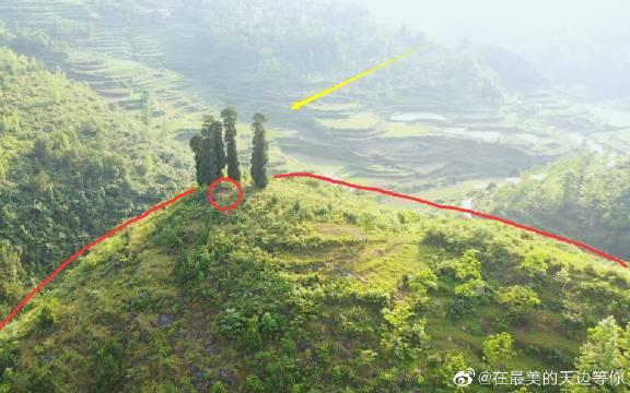 航拍贵州深山里的一块风水宝地,半圆形的山顶上竟长了5棵树