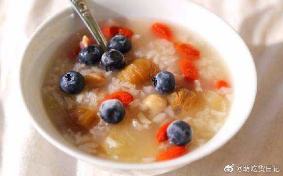 煮粥加这三种水果,孩子补钙长得快,老人预防心血管病!水果粥