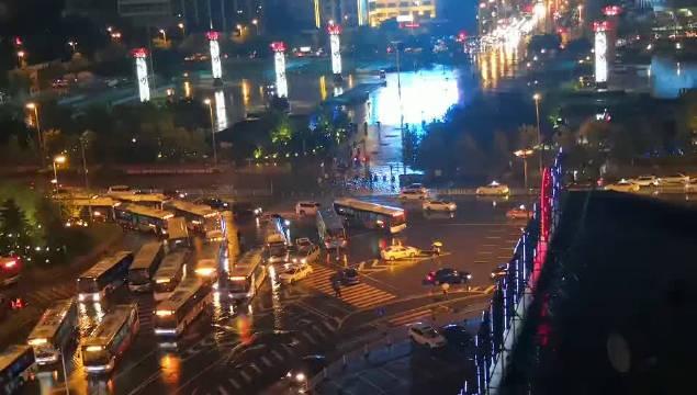 沈阳:市府大路积水,途径的公交车不敢涉水。(By沈阳崔凯)