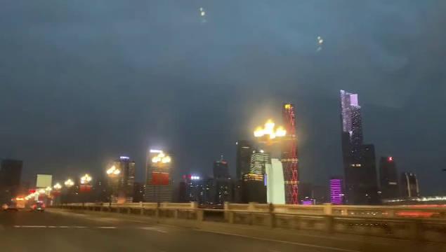 今日傍晚上6:21分,平时车水马龙的广州大桥几乎没有车行驶……