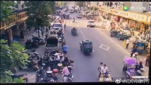 大货车繁忙街头失控,司机拼命挣扎,一切还来得及吗