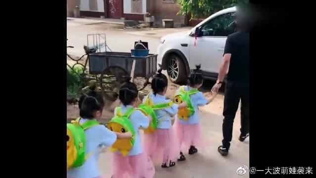 自从有了四胞胎女儿,每天上学前都会发生这样一幕!