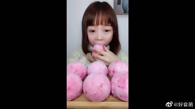 小美女吃大冰球,一口塞不下只能慢慢啃,吃慢点细细品味!