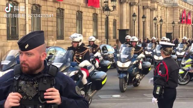 视频:爱丽舍宫护送大大的摩托车队