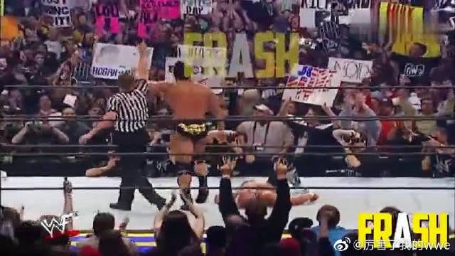巨石强森战胜老将霍根,败将霍根被众人围殴,强森出手解围救下!
