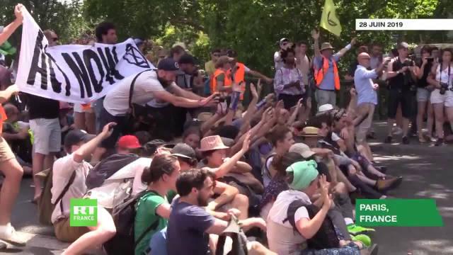 法国警察用催泪瓦斯驱散示威的环保主义者,跟浇花一样