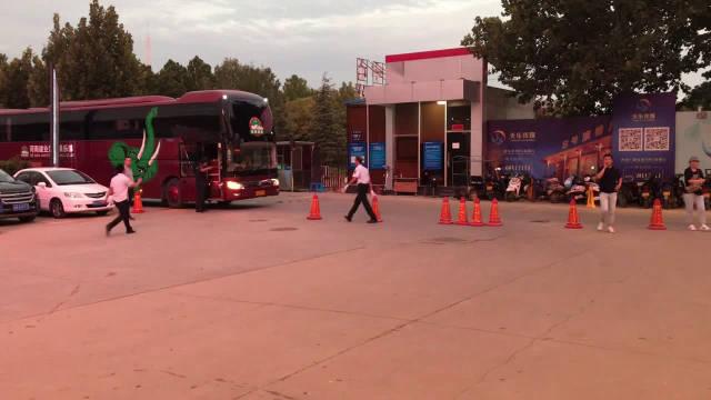 河南建业队全体队员抵达河南电视台8号演播厅。