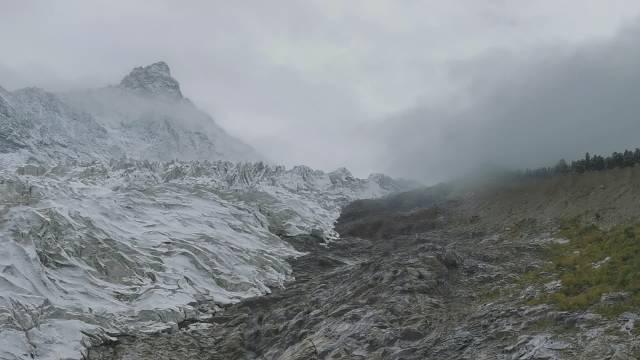 近观依嘎冰川,天气不太好……@西藏那曲旅游