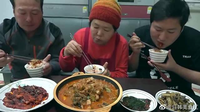 韩国吃播美食吃货韩国一家人吃泡菜炖猪肉,感觉就像抢吃一样