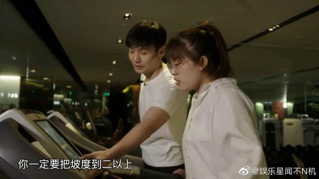 综艺:2019中国好声音:李荣浩教邢晗铭在跑步机上跑步健身。